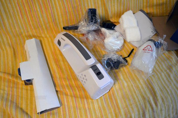 Cutia aspiratorului desfacuta impreuna cu accesoriile