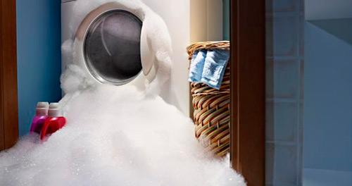 Mașină de spălat rufe stricată - scurge pe lângă
