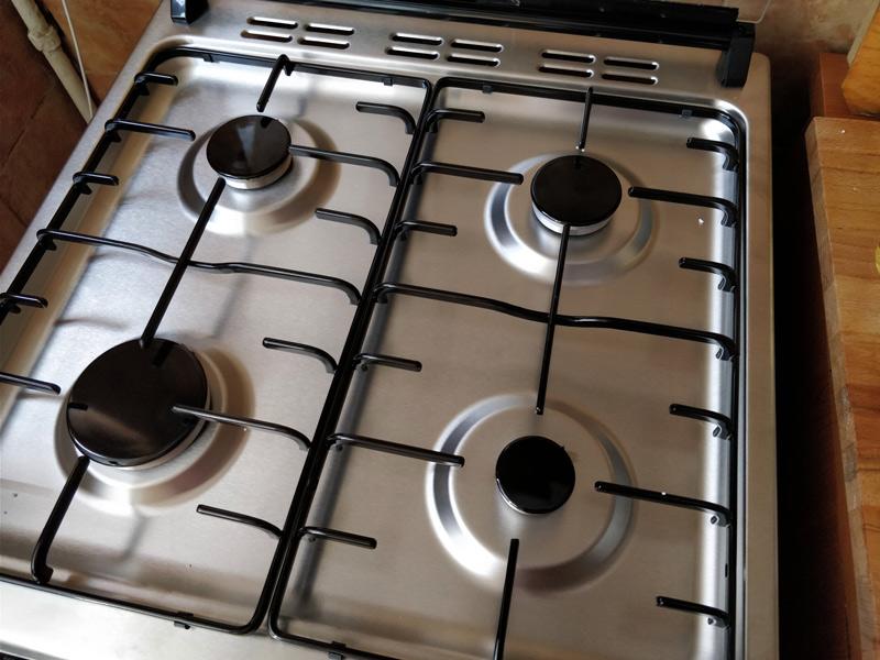 Dispunerea arzătoarelor și grătarul făcut din două elemente face curățarea ușoară