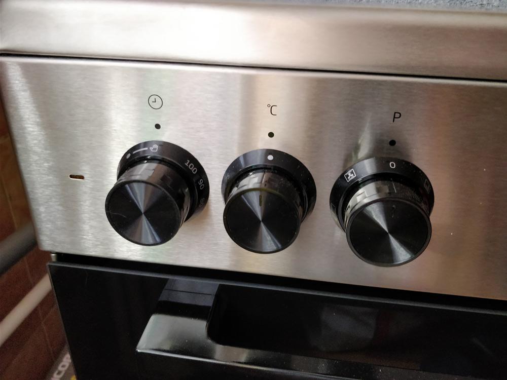 Panoul de comandă al cuptorului electric este mecanic. Se observă timerul, butonul rotativ de alegere temperatură și de alegere pentru program. În stânga este un led indicator.
